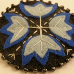 Folkowa- broszka szyta z arkuszy filcu