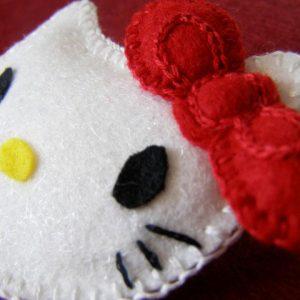 Hello Kitty - broszka szyta z arkuszy filcu